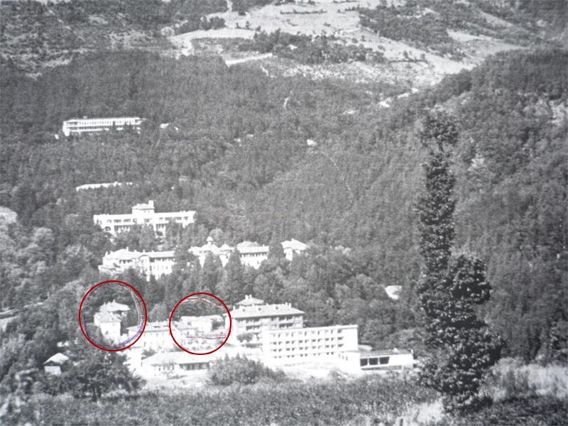 """Болница """"Искрец"""" през 1960-те - на мястото на нивите и овощната градина са построените по-късно блокове за персонала и още болнични павилиони. Отбелязани са храмът """"Св. Богородица"""" и жилищното крило но манастира."""