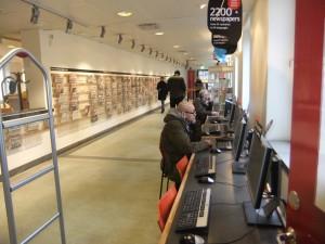 Internationale Zeitungen und Internet im Eingangsbereich
