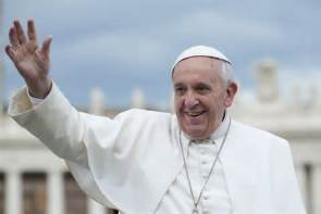 pope-francis-with-open-hand-waiving-smiling