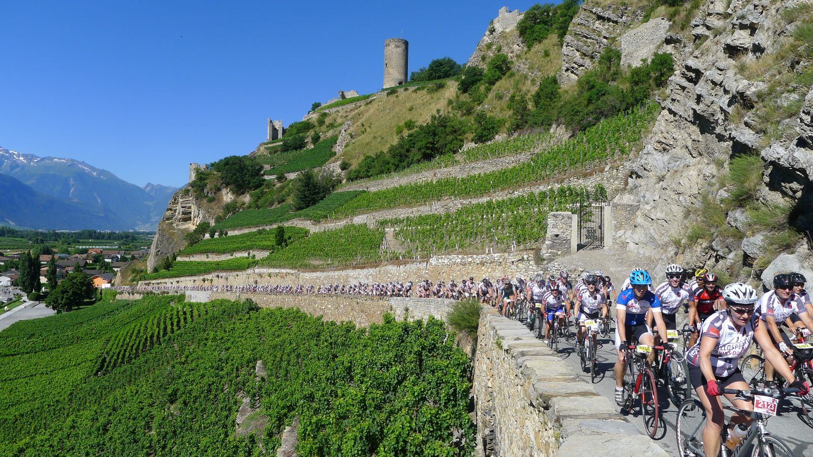 Passage du peloton sous la tour de Saillon lors de l'édition 2013. (Photo Cyclosportive des Vins du Valais)