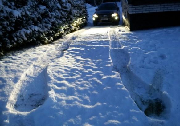 Spår av hjulspinn i snön från vänster fram med fyrhjulsdriven bil som haft antisladdsystemet i full funktion