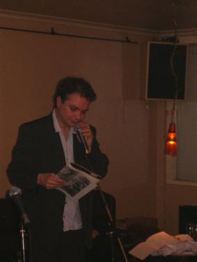 Bo Hr. Hansen læser op af et gammel nr Hvedekorn