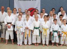 Die Bremer Karatekas beim DKV-Tag in Rastede mit dem Vizeweltmeister der WM in Bremen, Noah Bitsch (links).
