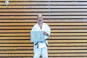 Bremens Karate-Pionier Wolf-Dieter Wichmann mit der Ehrenurkunde des DKV für die Ehrennadel in Platin (4.6.16, Foto: Frank Kaiser / BKV)