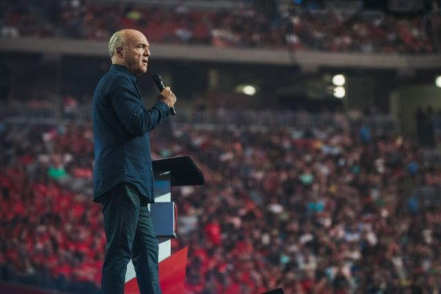 Pastor Greg Laurie preaches at Harvest America at the University of Phoenix Stadium on June 11, 2017. (PHOTO: HARVEST AMERICA)