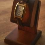 木製のウォッチスタンドを使えば普通の時計も何割か増しでよく見える