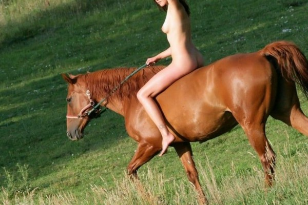 sexy-nude-girl-riding-a-horse