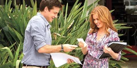 Michael (Jason Bateman) tries to flirt with Rebel (Isla Fisher).