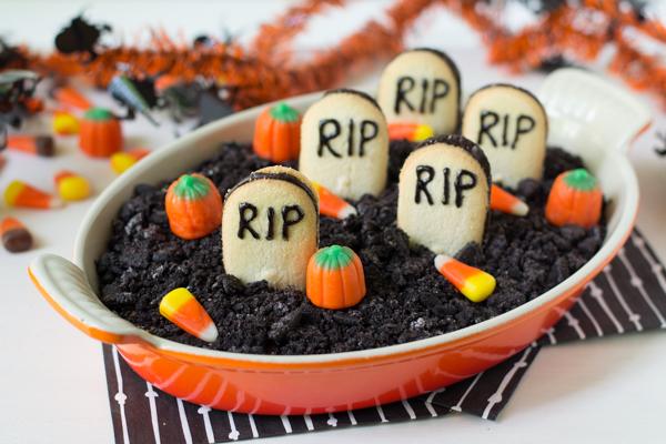 Graveyard-Chocolate-Cheesecake-Dip