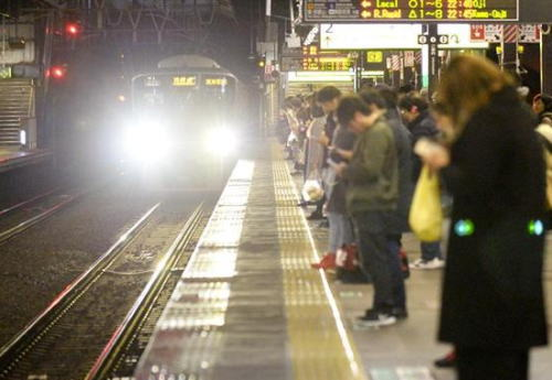 JR新今宮駅での連続ホーム突き落とし事件、身柄を保護された滋賀県在住の無職の20代男に発達障害の疑い … 以後パッタリと報道されなくなる事案へ