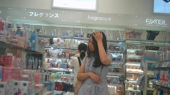 【はみパン】お買い物中のミニスカさんのスカートの中身を隠し撮り