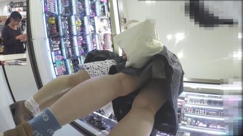 ショッピングモールで買い物してる若い女子のスカート中身を「逆さ撮り」成功してる映像入手★