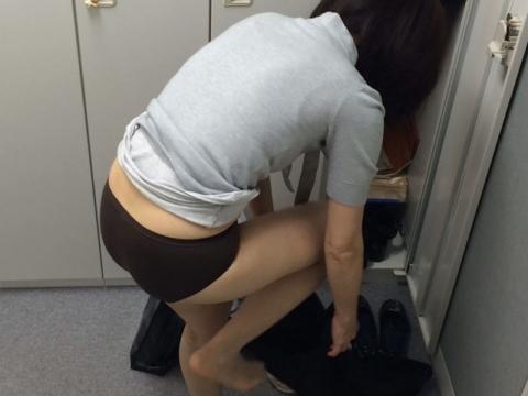 試着室で着替える女性の画像まとめ