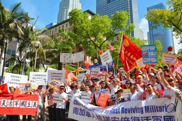 安倍晋三首相の滞在先ホテルの前で抗議運動をする人たち2