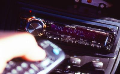 【ドゥン ドゥン】車の窓を開けて大音量で音楽流してる奴、大概、変な曲ww【ド゙ゥン、ドゥン、ドゥン】