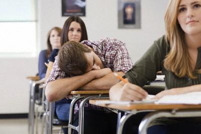 授業の時に寝ぼけて「やめろぉぉぉぉ!!」と叫んでしまったらヒーローになった?