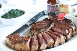 女子も好んで肉を食べる時代に…女子会の増加などで空前の牛肉ブーム