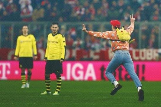【画像】ドイツのサッカー場にポケモンのサトシが乱入、つまみ出される