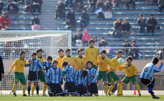 高校サッカー選手権で登場した「膝つき式壁」が中国で記事になる