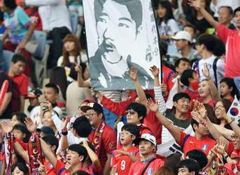 仁川アジア大会・サッカー日韓戦にまた安重根の肖像画、政治的な活動を禁じるFIFA規定違反の可能性