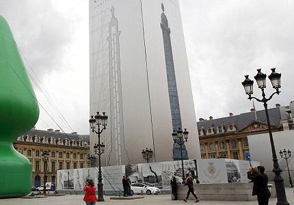フランス・パリの広場に設置された「木」を模した巨大なオブジェ、パリっ子からは「お尻に差し込むアレに似ている」「撤去しろ」と非難囂々 (画像)