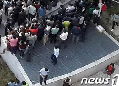 韓国の野外コンサートの換気口崩落事故、主催者側の担当者(37)が現場近くの建物から飛び降り自殺 … これまでに死者16人、11人の重傷者の内9人は予断を許さない状況