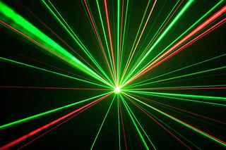 【物理】ビンボーゆすりを1秒間に750,000,000,000,000回の早さ(750THz)でやると、ひざが光り出す