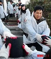 【アカン・・・】韓国、恵まれない家庭に練炭を配る