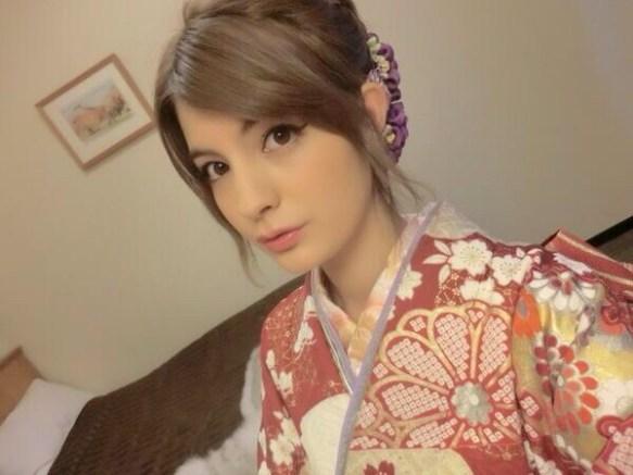 【画像】白人ハーフの美人モデルが和服姿で日本の女どもを公開処刑wwwwwwwwww