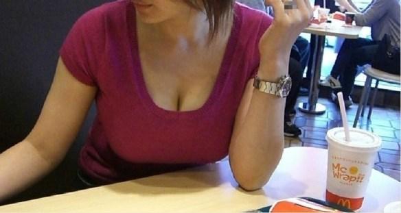 【けしからん】胸元ガバガバな服で前屈みになる女wwwwwwww(画像あり)