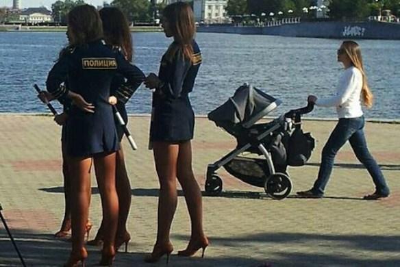 【画像】ロシアの婦警さんたちの格好がエッチすぎるwwwwwww ロシア警察で問題にwwwwwww