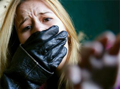 男が女の人の口をふさいで羽交い絞めにし、車に引きずり込もうとしている所に出くわした