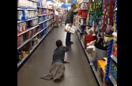 """生まれつきの障害で腕が一本しかない男性、ゾンビの扮装をして買い物客を驚かせる""""ドッキリ動画""""を投稿 → 大きな反響を呼ぶ (動画あり)"""