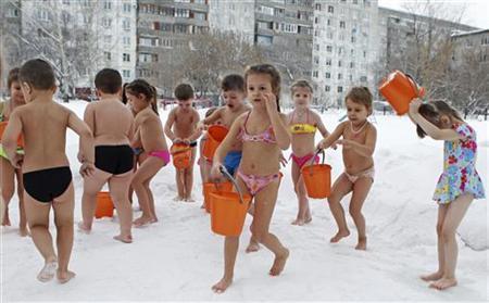 【おそロシア】-25度の中、幼稚園児が日課の水浴び