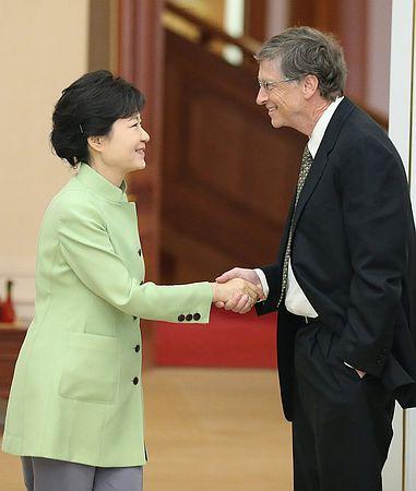【速報】 ビル・ゲイツ、格下の人間と会うように韓国大統領と握手 → 韓国激怒wwwww