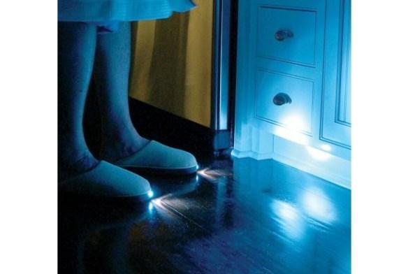 夜中の廊下もこれで安心!トイレに行くのも怖くないね!足下を照らす「LEDスリッパ」