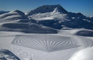 【画像】さすが、ミステリーサークルの国 英国人が雪を踏み固めたアートが凄い!