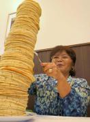 年齢分の枚数のパンケーキを積み上げたパンケーキタワーが人気・・沖縄