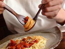日本人が海外で嫌われる行為 「パスタをズルズルとすすって食べる」