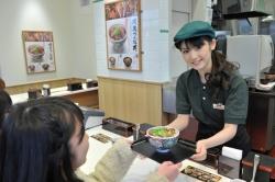 外食、バイト採用基準を緩く…時給上げても人不足