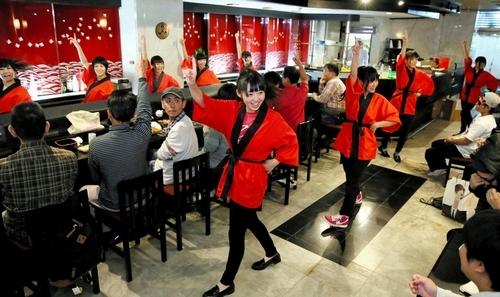 手でなく寿司を握ります…名古屋の寿司ドル、「アイドル教室」が人気?