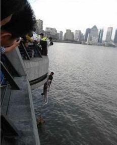 【悲報】川に飛び込んだ女性を助けた外国人旅行者の荷物が盗まれる・・・中国