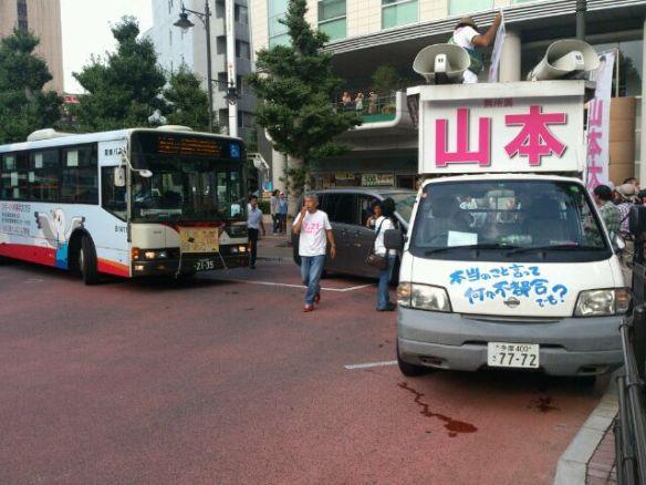 【悲報】山本太郎、選挙カーでバスの進路を妨害