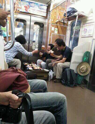 【画像】電車にキ○ガイいた。こういうのいい加減にしてほしい