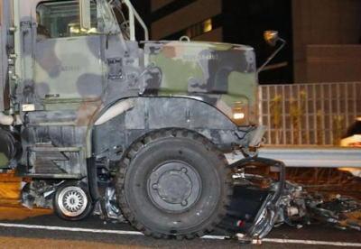 東名高速下り厚木IC付近で中央分離帯に衝突した車が左車線に弾かれる → 米軍の13トン軍用トラックが突っ込み、ぺしゃんこに(画像) … 乗用車の助手席の女性が死亡