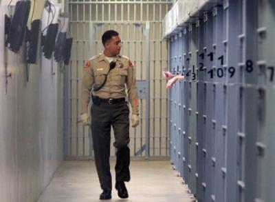 """受刑者「刑務所は俺の縄張りだ」 アメリカで刑務所を""""自分の王国""""に変えていた男を摘発 … 金銭で女性看守4人を誘惑、妊娠させ麻薬やスマホを仕入れて販売、収入は1ヶ月に1万ドルを超える"""