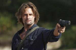 映画で特殊部隊とかが銃を構えるとき