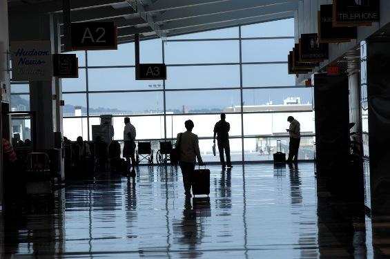 海外出張帰り空港について携帯を開くと着信150件。発信元は会社と友人と親からだった