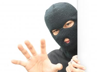 誰かが玄関扉へダダダっと走った。そして侵入者が隙間から覗き込み、話しかけてきた