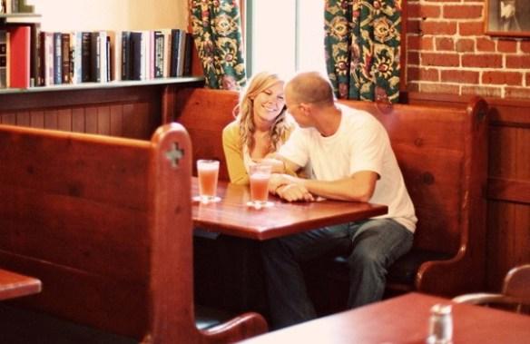 飲食店に来ているカップルの3割くらいは隣どうしで座っているらしい?